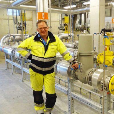 Mann Neben Biogas-Mischanlage