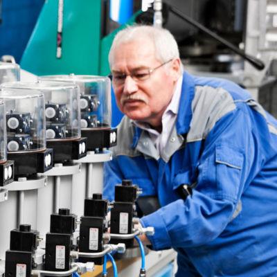 Mann bei der Montage von Schnellschlussventilen