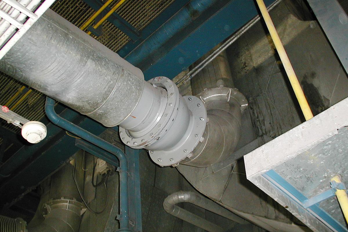 Doppelgelenk eingebaut in Rohrleitung