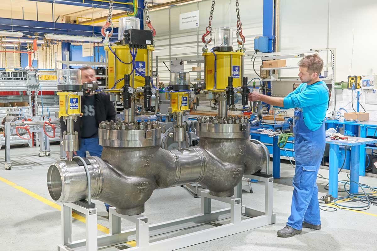 Gasturbinenventilkombination in Produktionshalle mit Schlosser